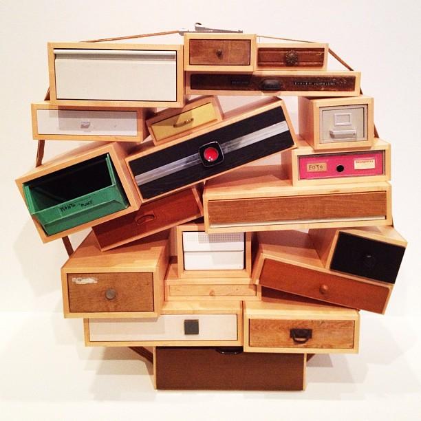 Zelfde idee als de beroemde 'Chest of Drawers' maar dan met andere kastjes. You can´t lay down your memory van Tejo Remy staat in het Dallas museum in Amerika