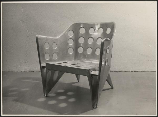 De Alumiumstoel van Rietveld. Een van zijn experimenten om uit een stuk materiaal een stoel te maken.