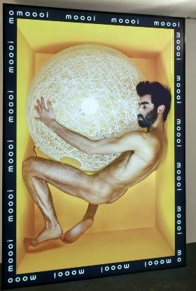 Op deze foto van Erwin Olaf is het model wel erg blij met lamp 'Random light' van MOOOI.