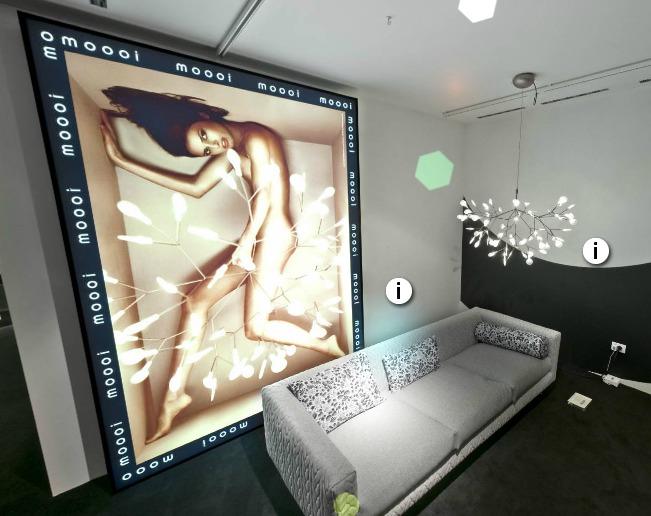 Screenshot van de stand van MOOOI tijdens de Milaan design week 2012. Links een nieuwe foto van lamp Heracleum van Bertjan Pot. Rechts de lamp in het echt. Onder bank Delft Grey van Marcel Wanders.