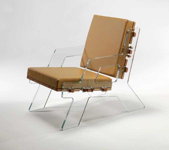 Clic lounger is een glazen stoel van Peli design. Peli design is ook te zien op Tuttobene 2013.