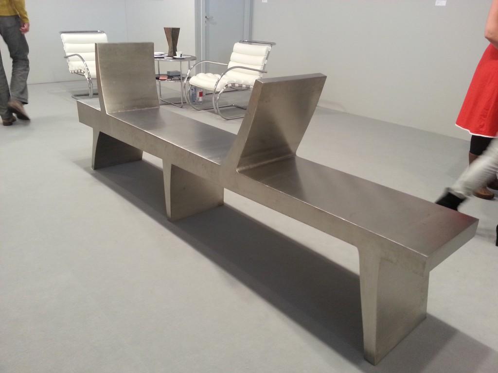 Deze prachtige metalen bank van (Piet) Warffemius is tijdens PAN Amsterdam te koop voor 12.500 Euro